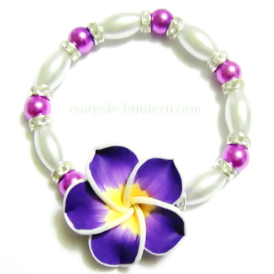 Bratara cu perle albe, mov si floare plumeria violet 1 buc
