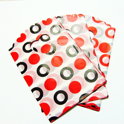 Pungi plastic, albe cu buline rosii si negre, 14x9 cm cca 50 buc