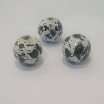 Margele plastic albe cu pete verzi,  20 mm 1 buc