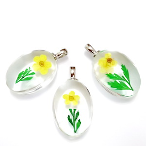 Pandantiv sticla cu interior floare galbena, 31x18x10~11mm 1 buc
