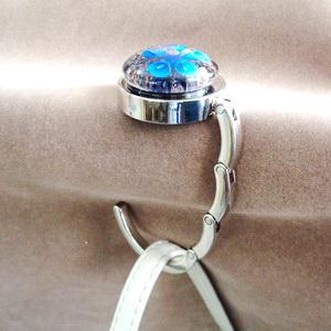 Agatatoare metalica pt. genti, haine, 44x8mm, cabochon Murano albastru de 30x10mm 1 buc