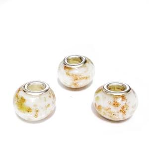 Margele tip Pandora, Lampwork, albe cu glitter auriu, 13~14x9~10mm, orificiu 5mm 1 buc
