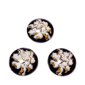 Cabocochon rasina transparenta cu floare alba cu auriu, 14x4.5mm 1 buc