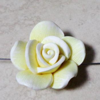 Margele polymer, floare galbena cu fucsia, alb si negru, 40x15mm 1 buc