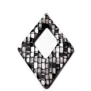 Pandantiv imitatie piele maro-gri-alb, cu placa aluminiu pe verso, 54x37.5x4mm 1 buc