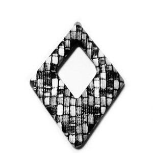 Pandantiv imitatie piele negru-gri-alb, cu placa aluminiu pe verso, 54x37.5x4mm 1 buc