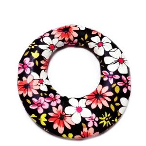 Pandantiv imitatie piele negru cu flori roz si albe, cu placa aluminiu pe verso, 44x40x5mm 1 buc
