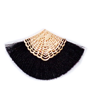 Ciucuri ata matasoasa neagra cu accesorii metalice aurii,64~68x95~98x2.5mm 1 buc
