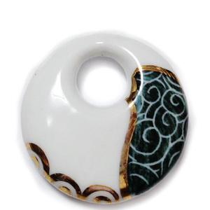 Pandantiv portelan alb cu imprimeu verde inchis si auriu, 38x8mm 1 buc