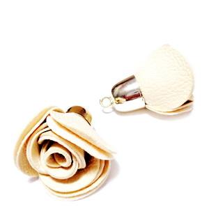 Pandantiv  imitatie piele crem cu capac sintetic auriu, floare 42.5~44.5x25~28mm 1 buc