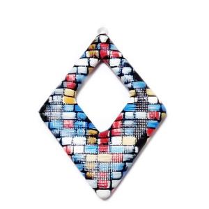 Pandantiv imitatie piele negru-albastru-galben-rosu, cu placa aluminiu pe verso, 54x37.5x4mm 1 buc