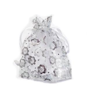 Saculeti organza albi cu floricele argintii, 9x7cm, interior 7x7cm 1 buc