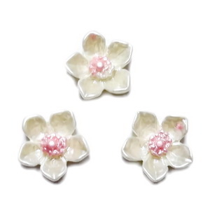 Cabochon rasina crem, sidefat, floare 12.5x12.5x3.5mm 1 buc