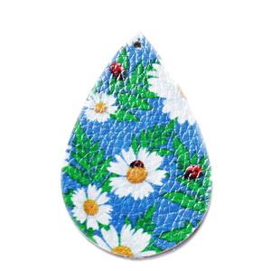 Pandantiv piele ecologica, turcoaz cu flori albe, lacrima 55x35x2mm 1 buc