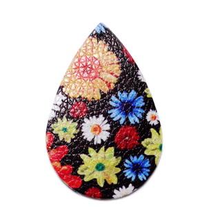 Pandantiv piele ecologica, negru cu flori, lacrima 55x35x2mm 1 buc