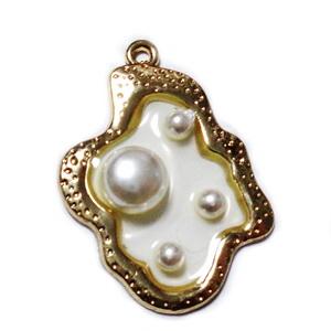 Pandantiv auriu cu rasina epoxidica, cu perle in interior, 35x26x6mm 1 buc