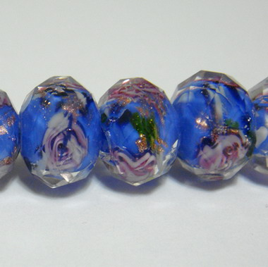 Margele sticla, lampwork, albastru-deschis cu floricele roz,12x9mm 1 buc