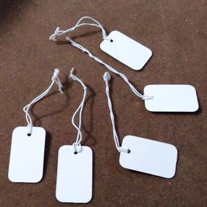 Etichete carton, 25x15mm, cu elastic alb de 4cm 1 buc