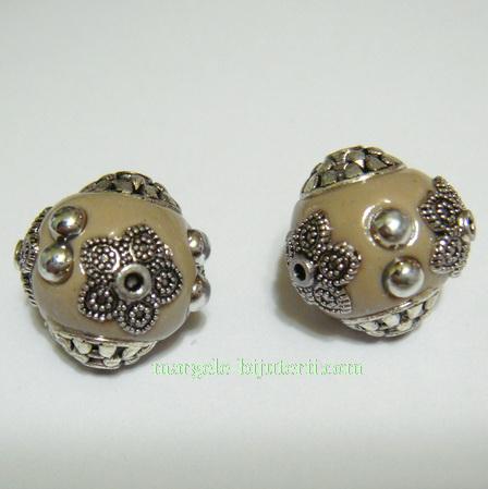 Margele indoneziene, crem, cu accesorii argintii, lucrate manual, 15x14mm 1 buc
