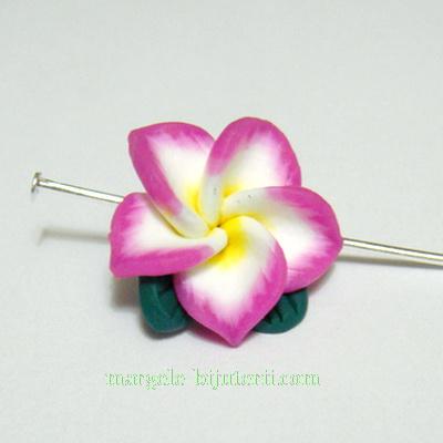 Margele polymer, floare plumeria fucsia-mov, cu 5 petale si frunzulite, 16mm 1 buc