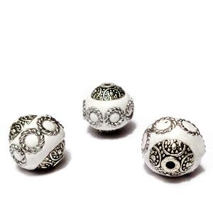 Margele indoneziene, albe cu accesorii argintii si aurii, 16x14mm 1 buc